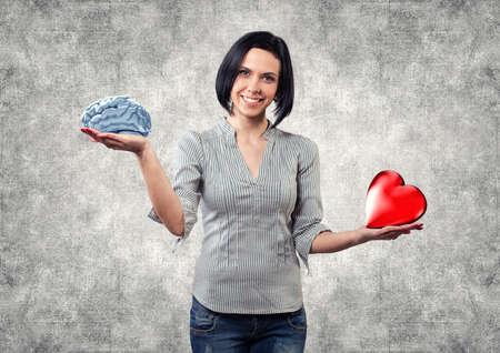 Mooi meisje kiest tussen hersenen en liefde Stockfoto - 20623019