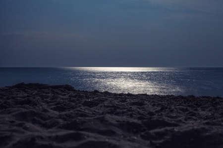 reflexion: Reflexi�n de la luna llena de agua de mar