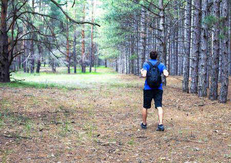 niño con mochila: El muchacho joven con un stand mochila en el bosque Foto de archivo