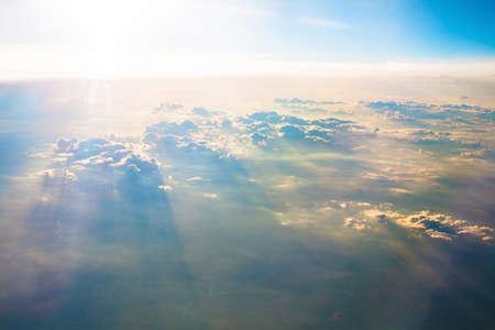 ciel avec nuages: Photo du beau ciel bleu au-dessus des nuages Banque d'images