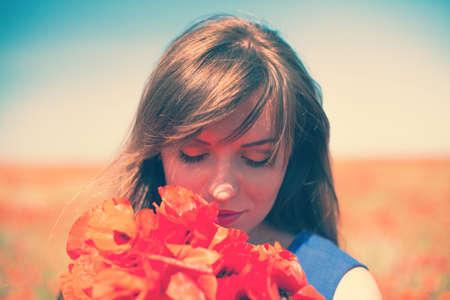 poppy: La muchacha hermosa en un campo rojo de amapolas