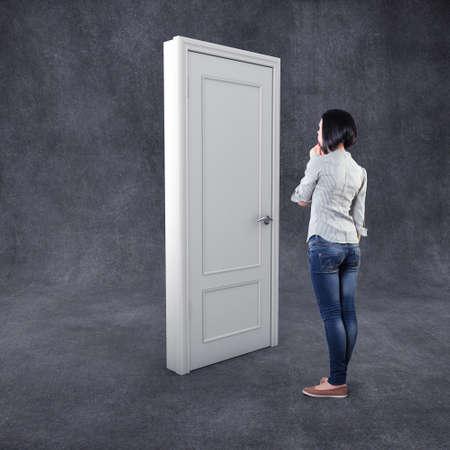 알 수없는 두려움에 흰색 문 앞에 소녀 스톡 콘텐츠 - 45573069
