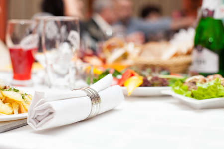 Foto van tafel met eten en verschillende dranken Stockfoto