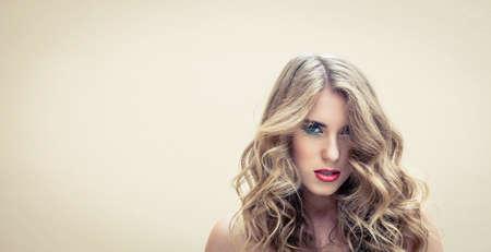 Mooi meisje met een kleurrijke make-up en mooie kapsel