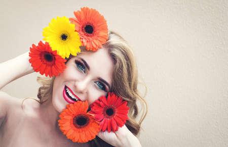 Mooi meisje met mooie bloemen in handen Stockfoto