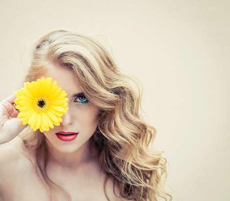 Mooi meisje met een mooie bloem in de hand