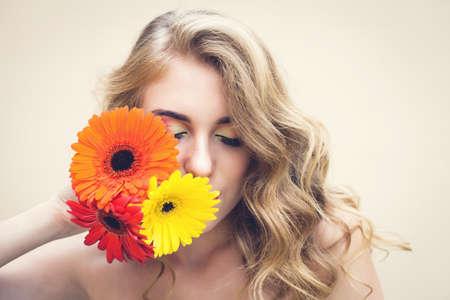 Mooi meisje met een mooie bloemen in de hand Stockfoto