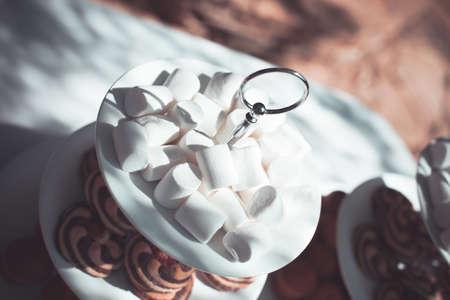 Plaat met snoep, witte marshmallow en gebak