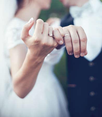 anillos boda: anillos de oro hermoso para la ceremonia en la boda