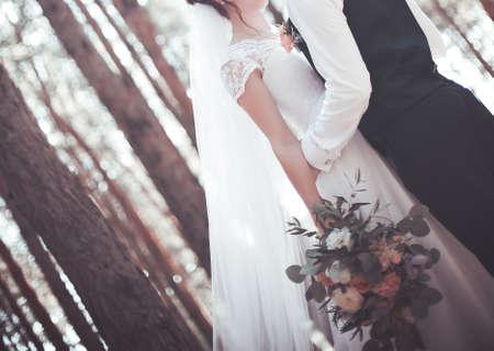 Het jonge paar in sterke grepen in de trouwdag