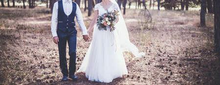 Het jonge paar wandelen in het bos in de trouwdag Stockfoto