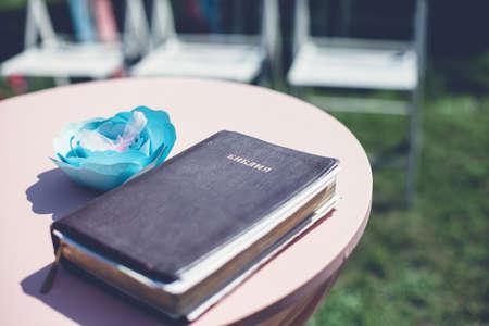 Foto van de Heilige Bijbel op de ronde tafel Stockfoto