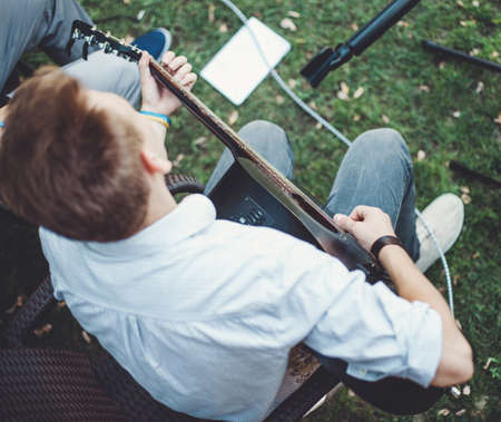 De man spelen op de zwarte gitaar in een muzikale groep