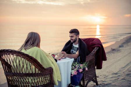 Pair en tafel op zeekust voor een romantisch afspraakje