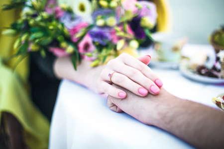 Ring op een vinger in de buurt van een boeket bloemen