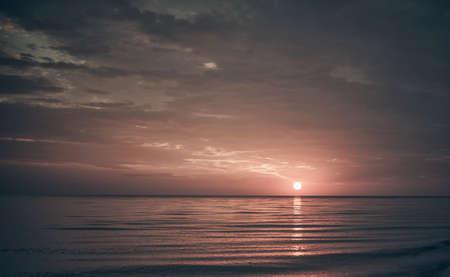 Landschap van de prachtige zon op zee horizon