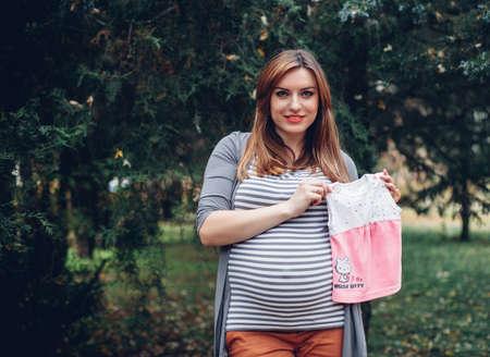 Mooie zwangere vrouw met een grote buik en jurk Stockfoto