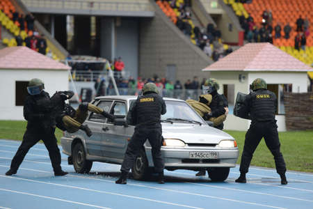 an indicative: Polic�a detenci�n Indicativo coche SWAT Editorial