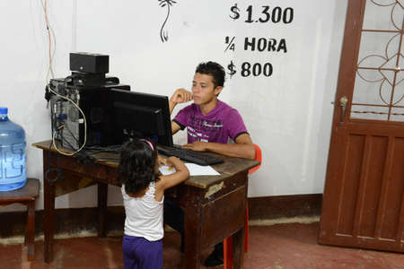 meta: In an Internet cafe La Macarena. Editorial