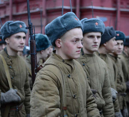 vintage military rifle: Russian soldiers in the form of the Great Patriotic War at the parade on Red Square in Moscow. Editorial