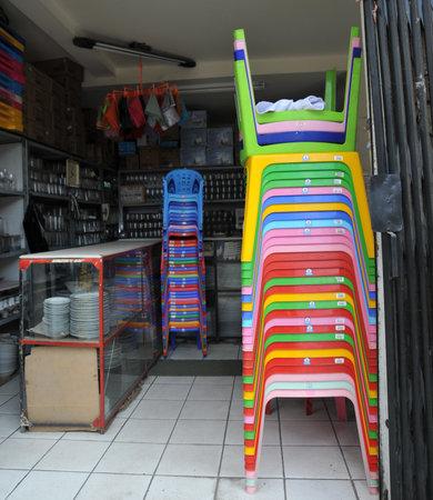 sillas de plástico en el café La Paz