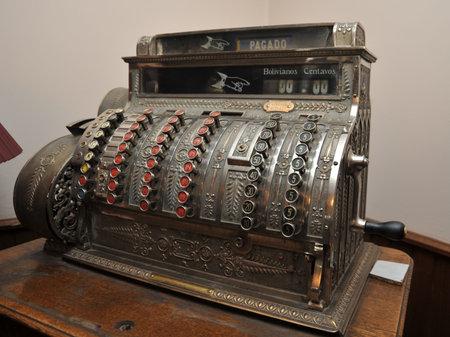 efectivo: Una vieja caja registradora en Potosí