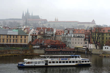 praga: Prague is a city and the capital of the Czech Republic is a traditional European cultural center. Vltava River.