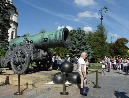 bombard: The Tsar cannon in the Moscow Kremlin