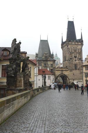 praga: Charles bridge - medieval bridge in Prague over the river Vltava. Editorial