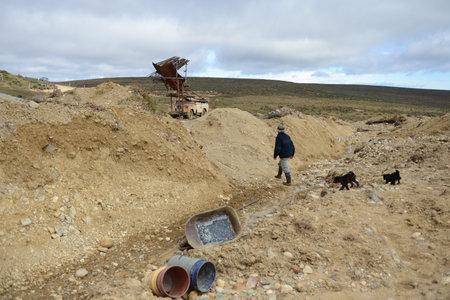 prospector: El minero extrae la roca en el borde de la Tierra.