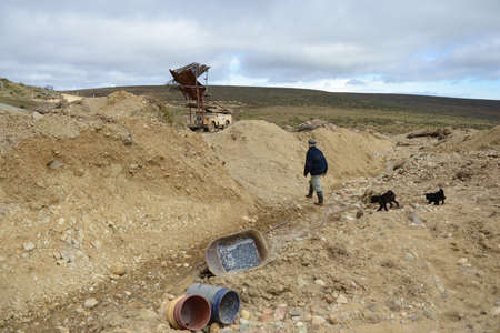 searcher: The miner extracts the rock on the edge of the Earth. Editorial
