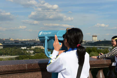 gory: Tourists on the observation platform on Vorobyovy Gory Moscow the proud.