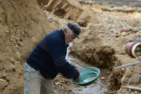 searcher: Miner washing gold in Tierra del Fuego.