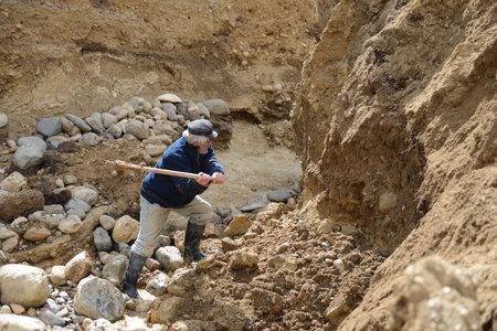 prospector: El oro minas minero en el borde de la Tierra. Editorial