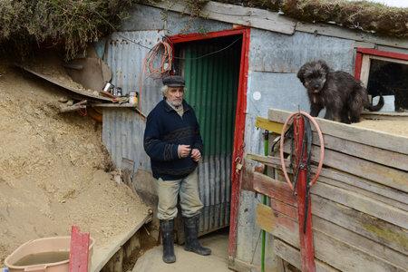 prospector: La caseta del minero en una mina de oro en el borde de la Tierra.