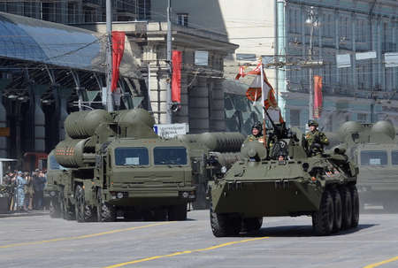 """Generalprobe für die Feier der Siegesparade. Der BTR-82A und Flugabwehr-Raketen-System groß und Mittelstreckenflugabwehr-Raketen-Komplex """"Triumph"""" s-400."""