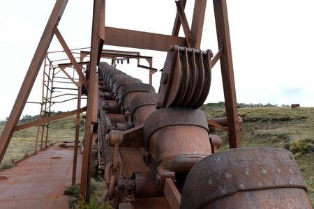 prospector: Mina de oro abandonada en el lago Lago Blanco. draga mecánica Inglés se dedica a la extracción de oro 1904-1910. Foto de archivo