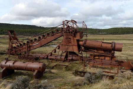 Abandoned mine d'or au lac Lago Blanco. drague mécanique anglaise a été engagée dans les mines d'or 1904-1910.