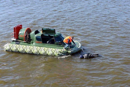permeability: Training on the amphibious boat Slavir 636 to rescue a drowning person.