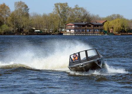 """Speed ?? boot """"Ka-Khem 665"""" op de rivier de Moskou."""