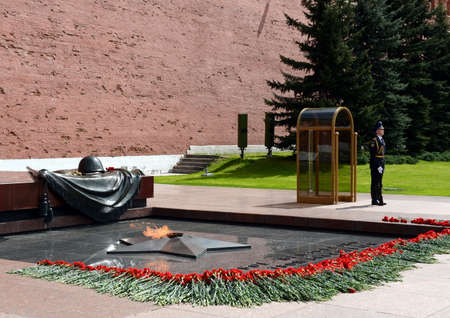 tomb of the unknown soldier: The honor guard at the Tomb of the Unknown Soldier in the Alexander garden. Post number 1.