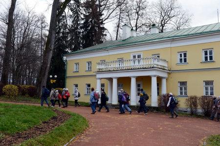 gorki: Tourists in the State historical Museum-reserve Gorki Leninskie