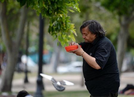 Las personas sin hogar con la comida de los misioneros en la calle de Santiago.