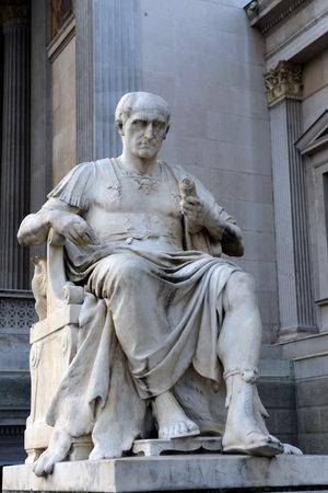 i i  i i toga: Sculpture of Julius Caesar in front of the Austrian Parliament.