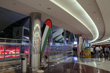 ドバイの空港ターミナルで乗客。
