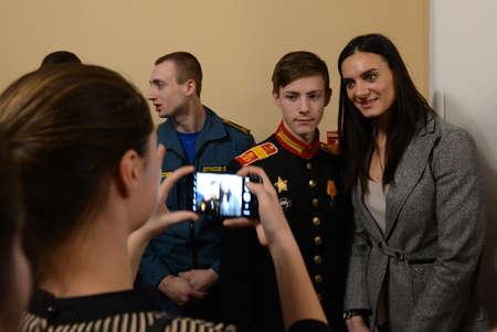 """옐레나 이신바예바 (Yelena Isinbayeva) - """"따뜻한 마음""""의 수상자들과 촬영 한 올림픽 챔피언 두 차례. 에디토리얼"""