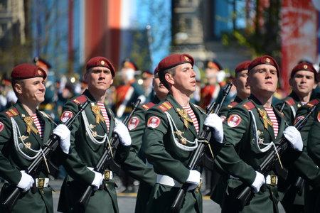 batallón: Los soldados de su división. Dzerzhinsky tropas de la guardia nacional en el desfile general de ensayo en la plaza roja en honor del Día de la Victoria