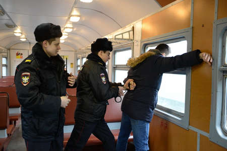 The work of the police arrest violators of public order on the train. Editorial