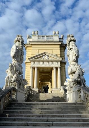 비엔나, 오스트리아에서 Schonbrunn 궁전 정원에서 Gloriette 유명한 사원으로 1775 내장되어 있습니다. 에디토리얼