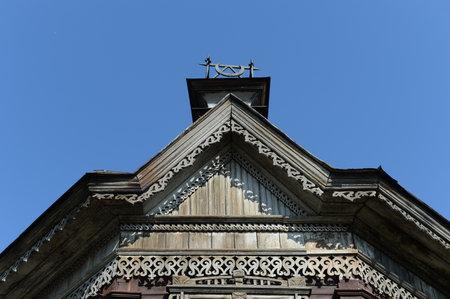 Il vecchio edificio in legno degli inizi del XX secolo sulla via Pushkin Barnaul. Archivio Fotografico - 83200148